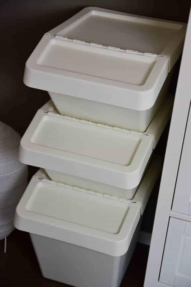 Boxen von IKEA für die dreckige Wäsche im Babyzimmer