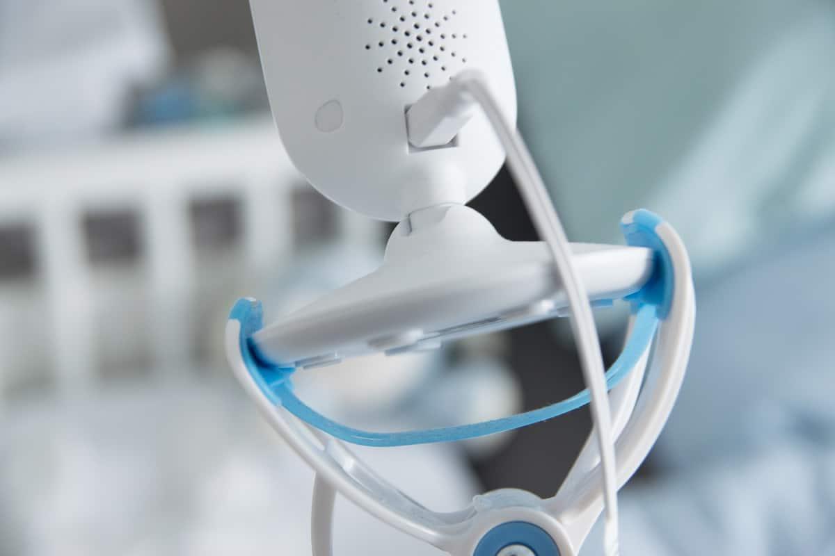 Das Babyfon wird einfach nur in die Halterung eingeklemmt und kann so auch am Beistellbett befestigt werden