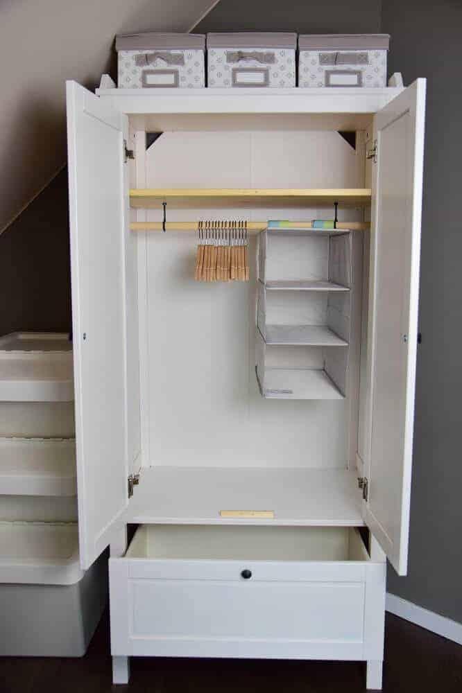 Der offene SUNDVIK Kleiderschrank im Babyzimmer
