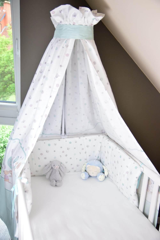 Himmel über dem Babybett mit Nestchen