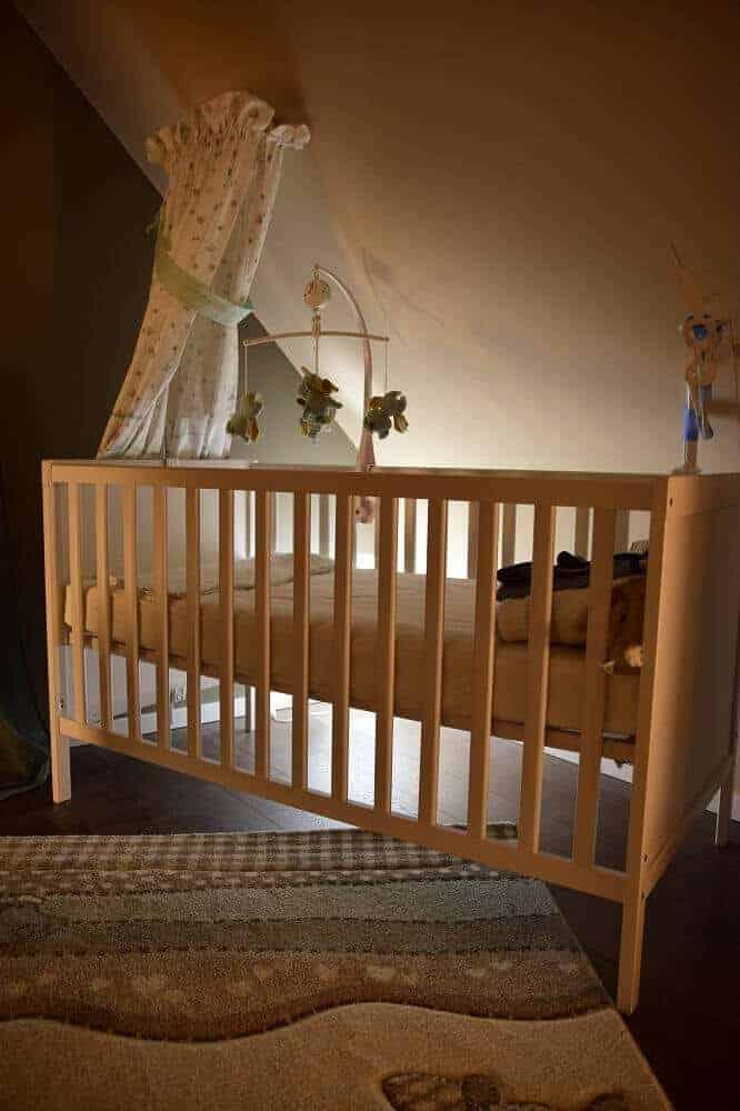 Hinter dem Babybett macht sich indirektes Licht hervorrragend
