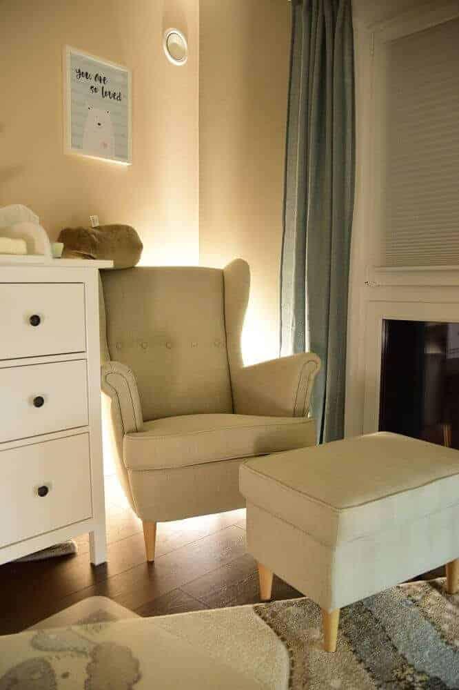 Nachtlicht hinter dem Sessel als indirekte Beleuchtung im Babyzimmer
