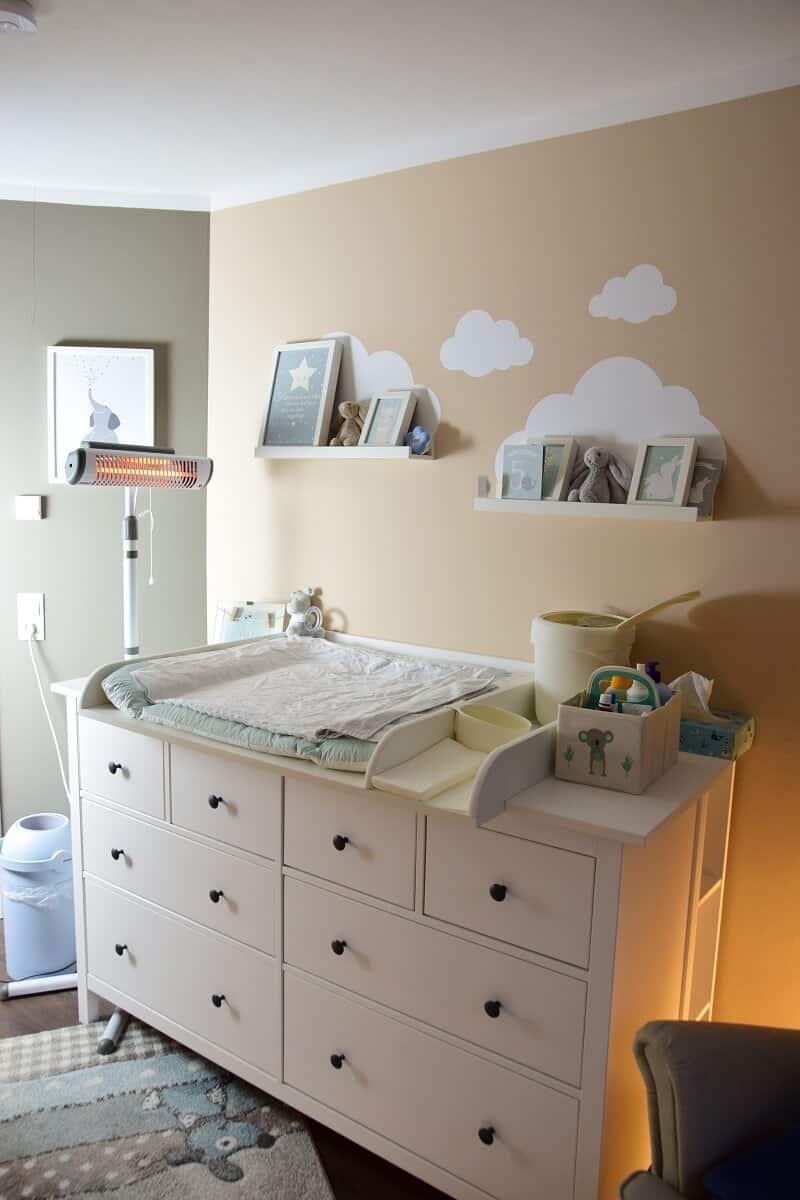 Unser Babyzimmer mit Wickelkommode, Windeleimer und Wickelaufsatz von Puckdaddy