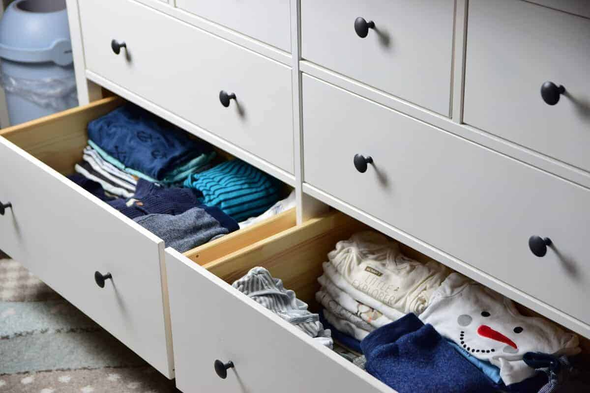 Unsere Wickelkommode von IKEA hat enorm viel Stauraum für Kleidung und Zubehör