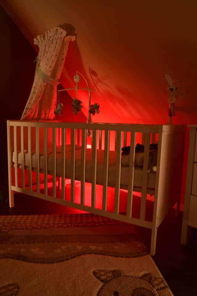 rotes Nachtlicht im Kinderzimmer