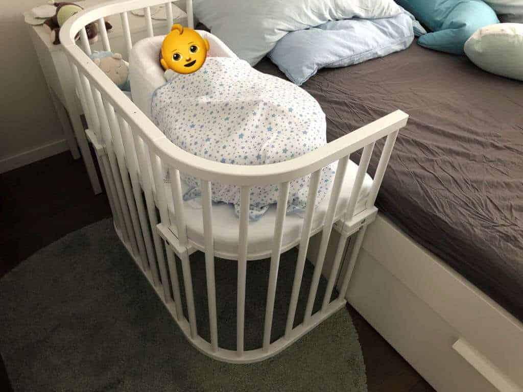 Beistellbett am Elternbett montiert, um Nachts einfacher stillen zu können