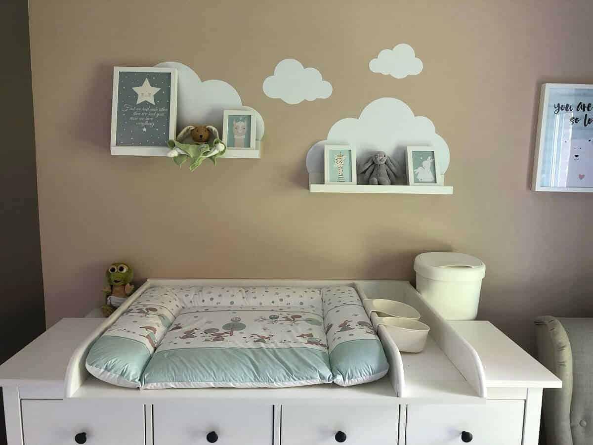 Bilderleisten und Wandtattoo mit Wolken über dem Wickeltisch sorgen für das gewisse Extra