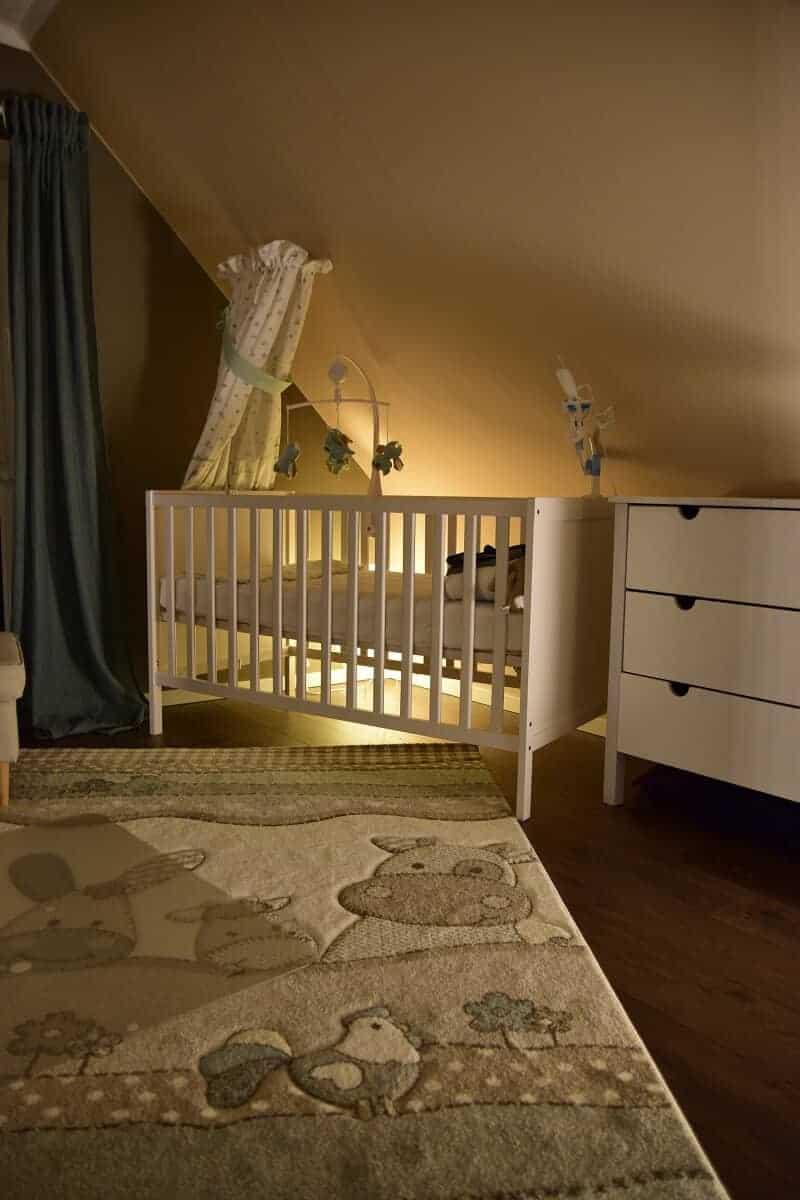 Das Babybett haben wir mit Philips Hue hinterleuchtet, gekoppelt an einen Bewegungsmelder ist das System extrem flexibel