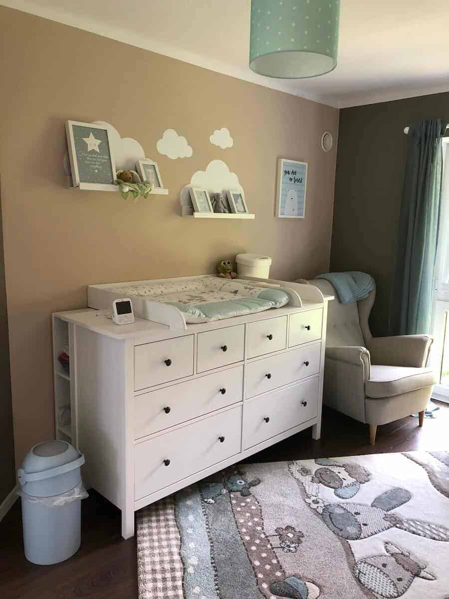 Das Babyzimmer mit Wickelkommode und Sessel zum Stillen