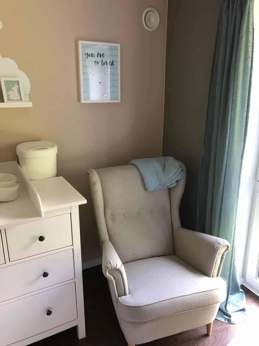 Der IKEA Sessel im Babyzimmer lädt zum Stillen und Entspannen ein