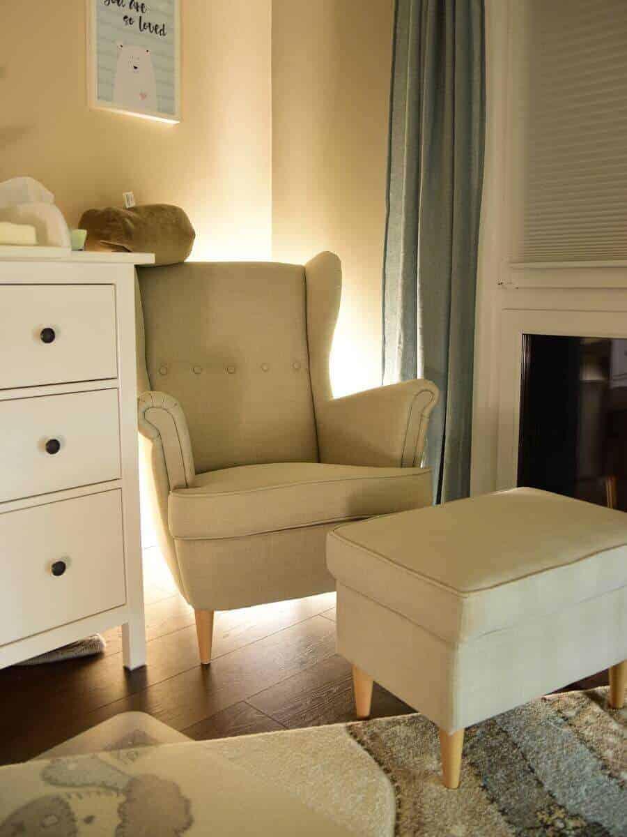 Der Sessel zum Stillen hinterleuchtet mit dem Nachtlicht von Philips Hue