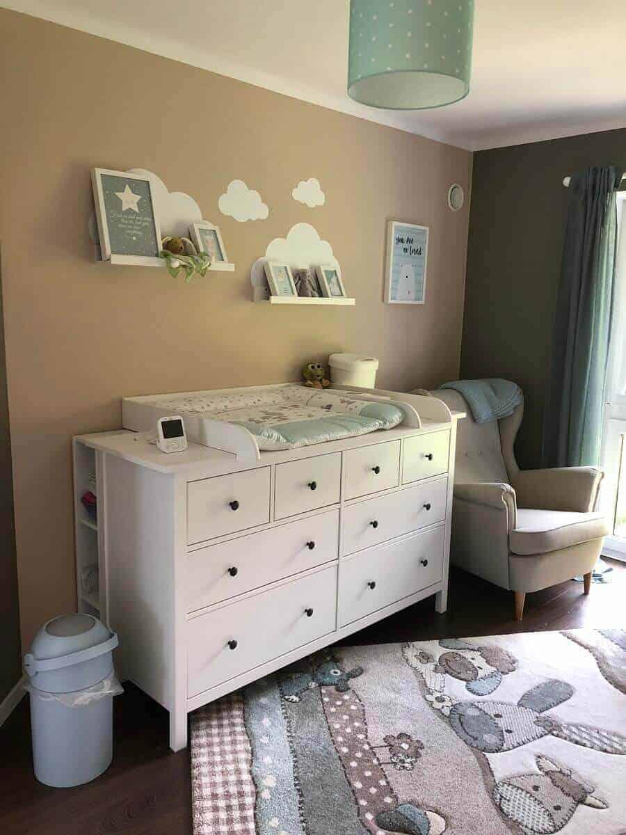 Der Wickeltisch sorgt mit Dekoelementen wie Bilderleiste und Wandtattoo für eine gemütliche Atmosphäre