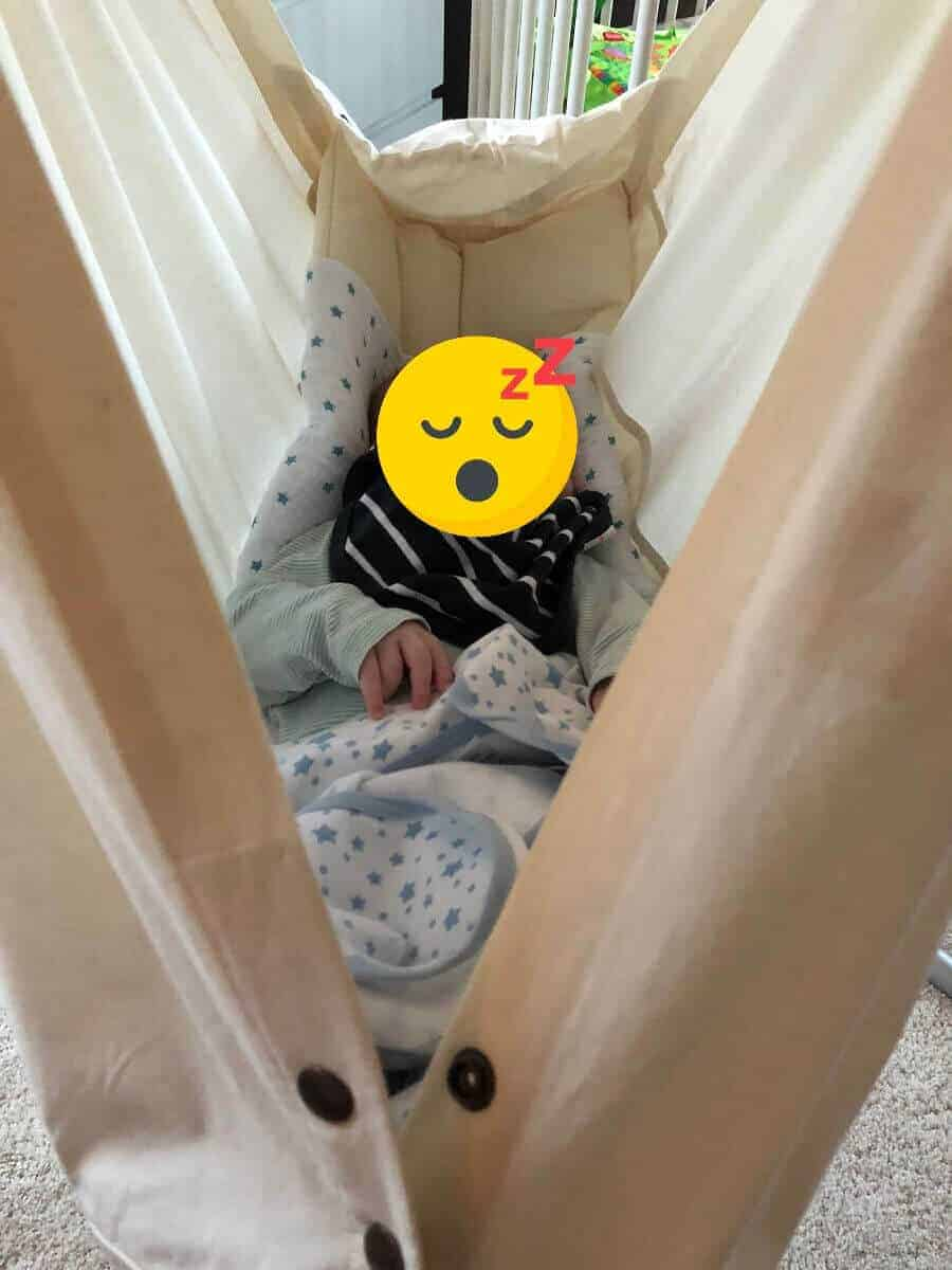 Der kleine Mann schläft täglich bis zu drei Mal in der Federwiege