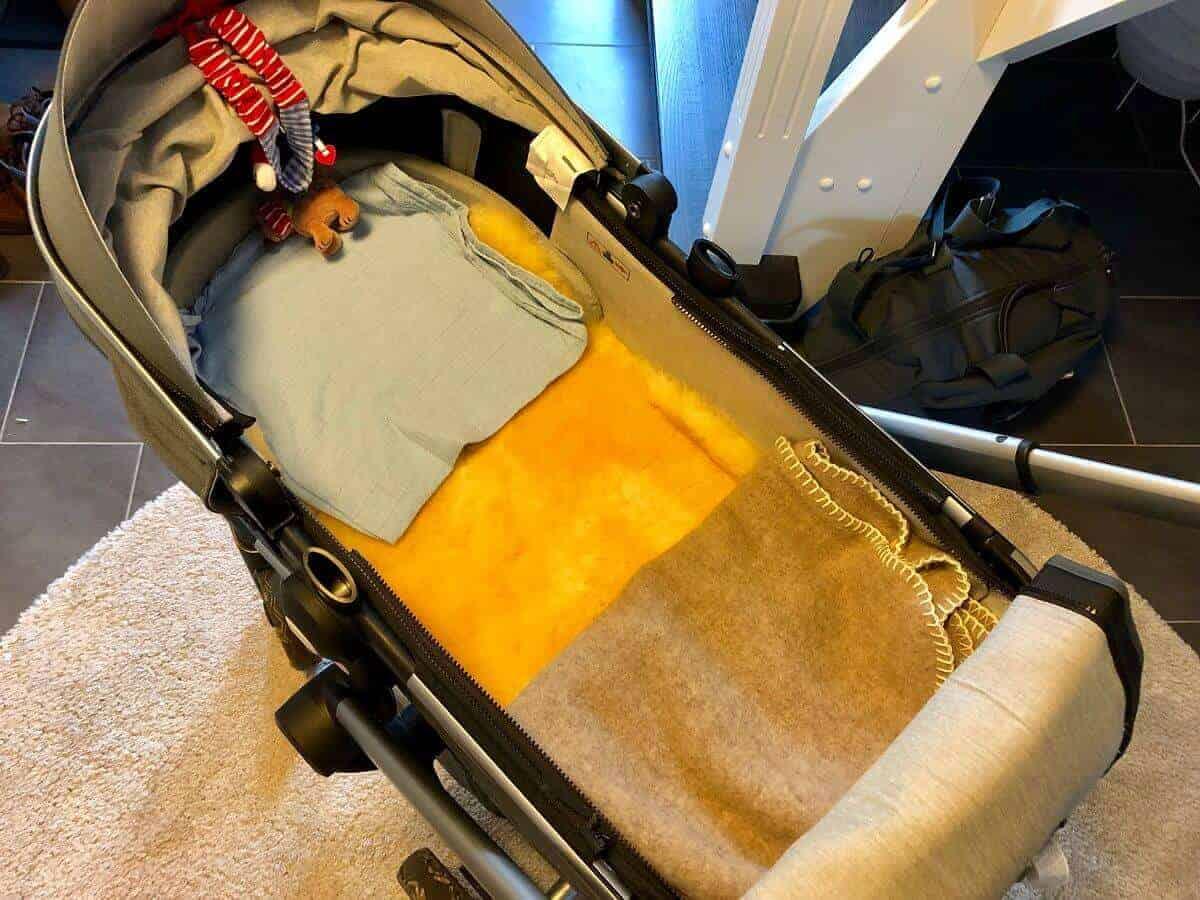 Lammfell und Wolldecke im Kinderwagen für die kalten Tage im Winter
