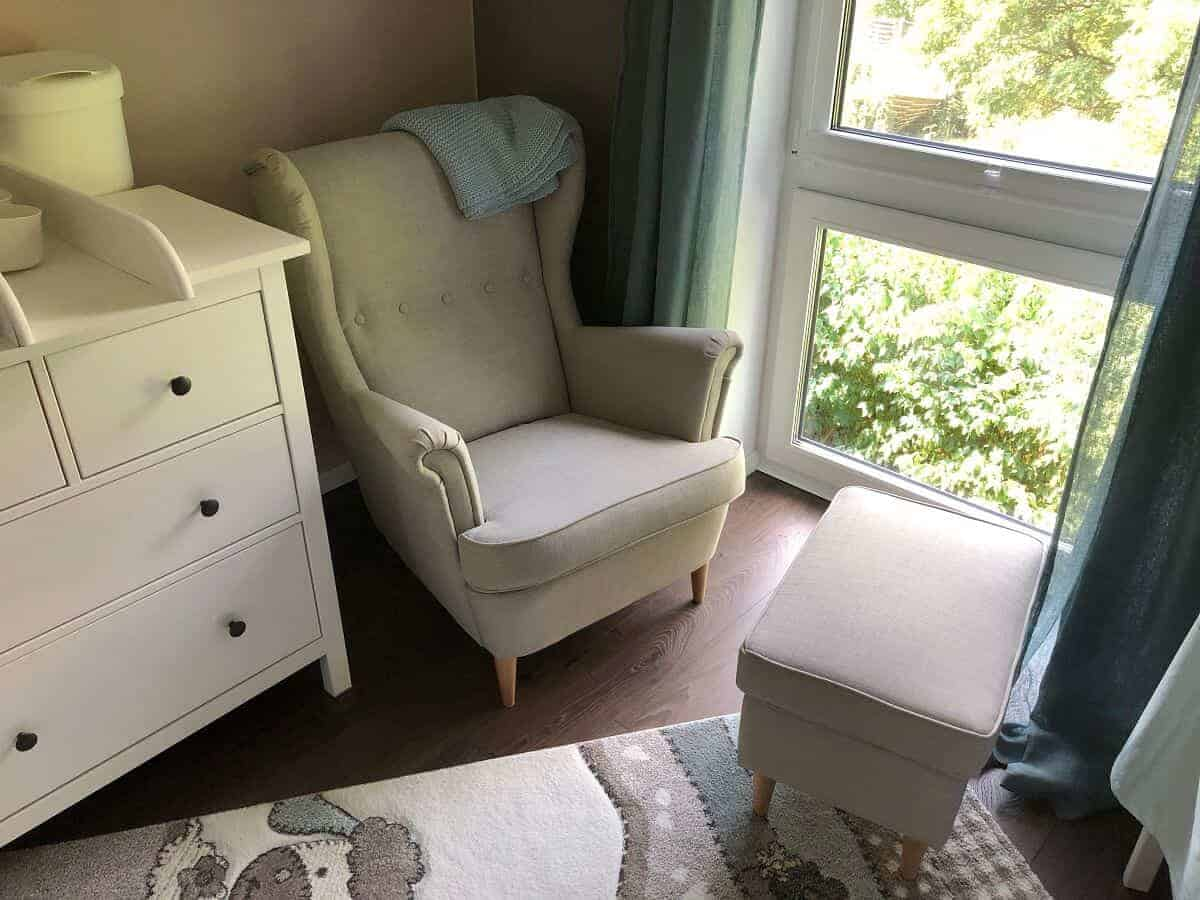 Sessel zum Stillen mit Blick in den Garten sorgt für totale Entspannung für Mama und Baby