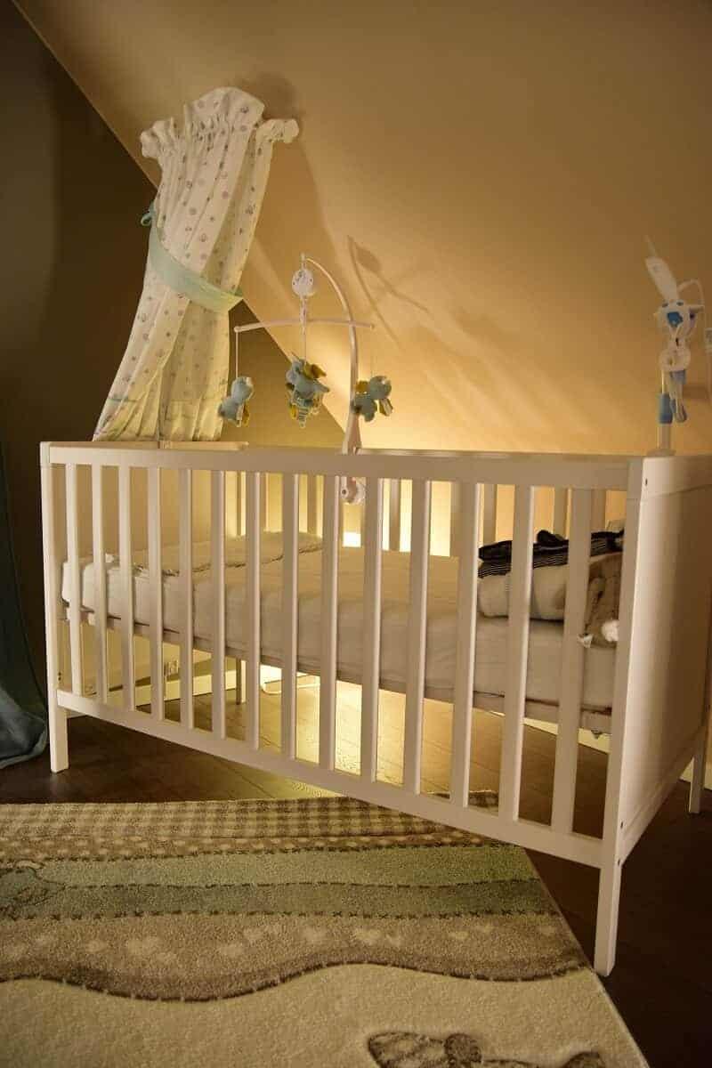 Unser Babybett ist von IKEA, dazu haben wir ein Mobile und eine Halterung für das Babyphone montiert