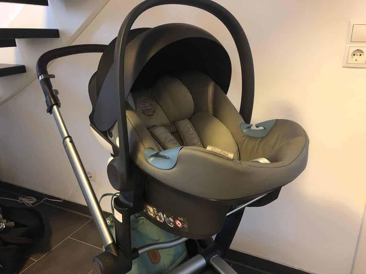 Wenn das Baby im Auto einschläft, kann man die Babyschale dank der passenden Adapter auf den Kindersitz montieren und muss das Baby nicht wecken