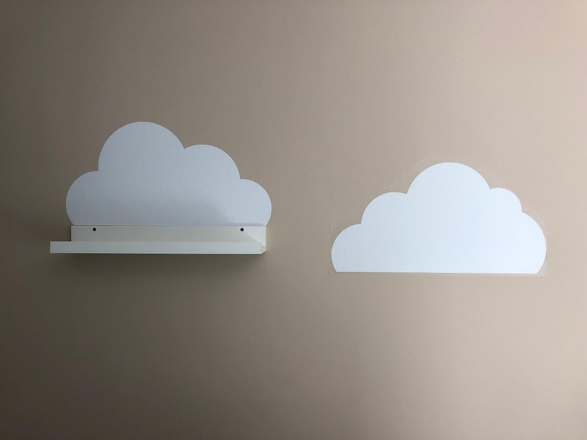 Wandtattoo mit Wolken über den MOSSLANDA Bilderleisten im Babyzimmer