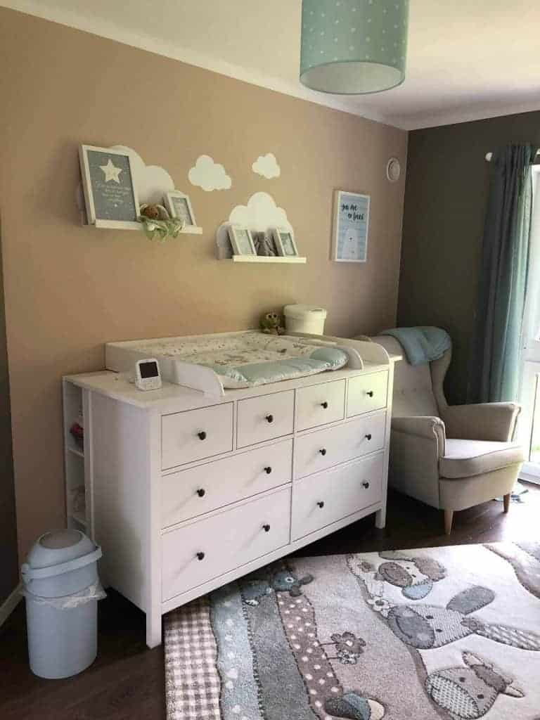 Babyzimmer Wandfarben - braun und beige passen super zu weißen Möbeln
