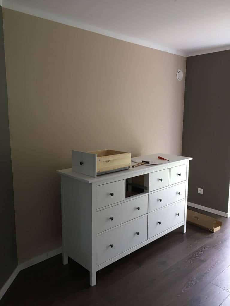 Babyzimmer in braun und beige passt super zu weißen Möbeln
