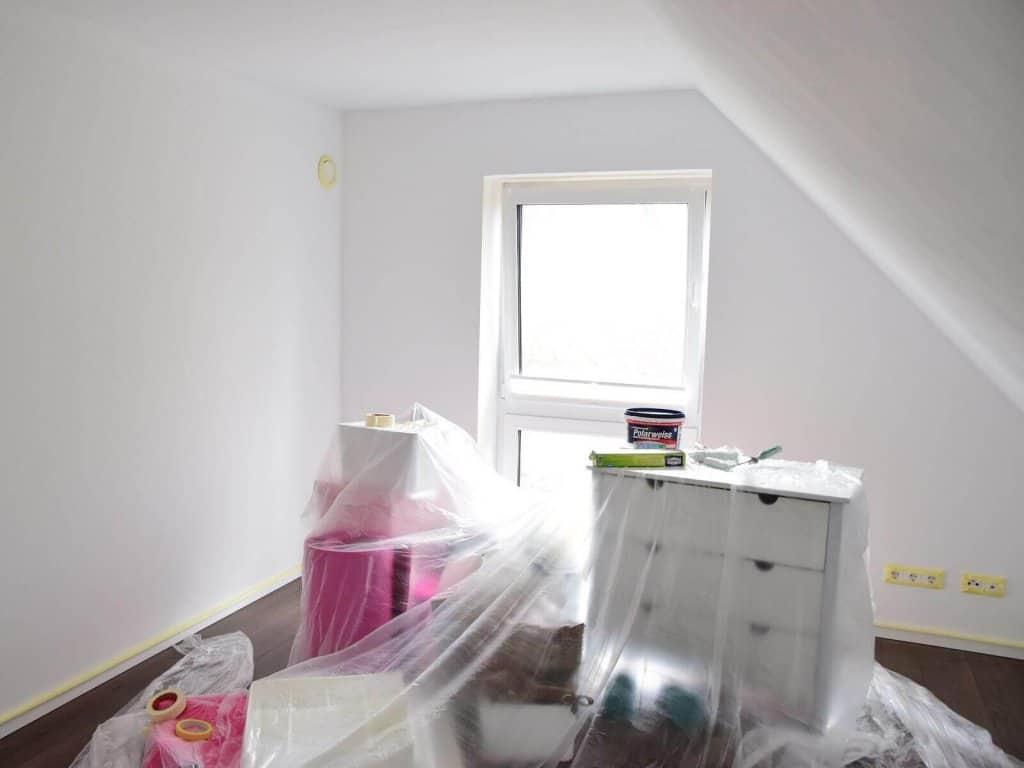 Babyzimmer streichen - Abkleben und Folie zum Abdecken der Möbel
