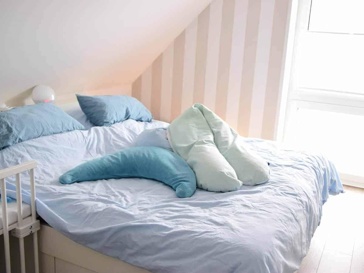 Stillkissen im Schlafzimmer eignen sich während der Schwangerschaft zum Schlafen und danach zum Stillen