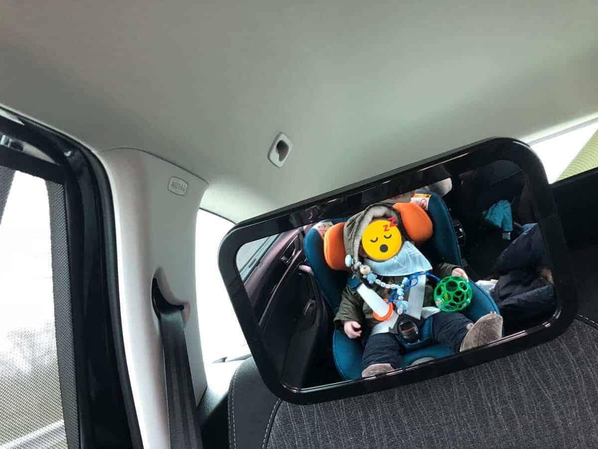 Das schlafende Baby ist im Autospiegel gut erkennbar