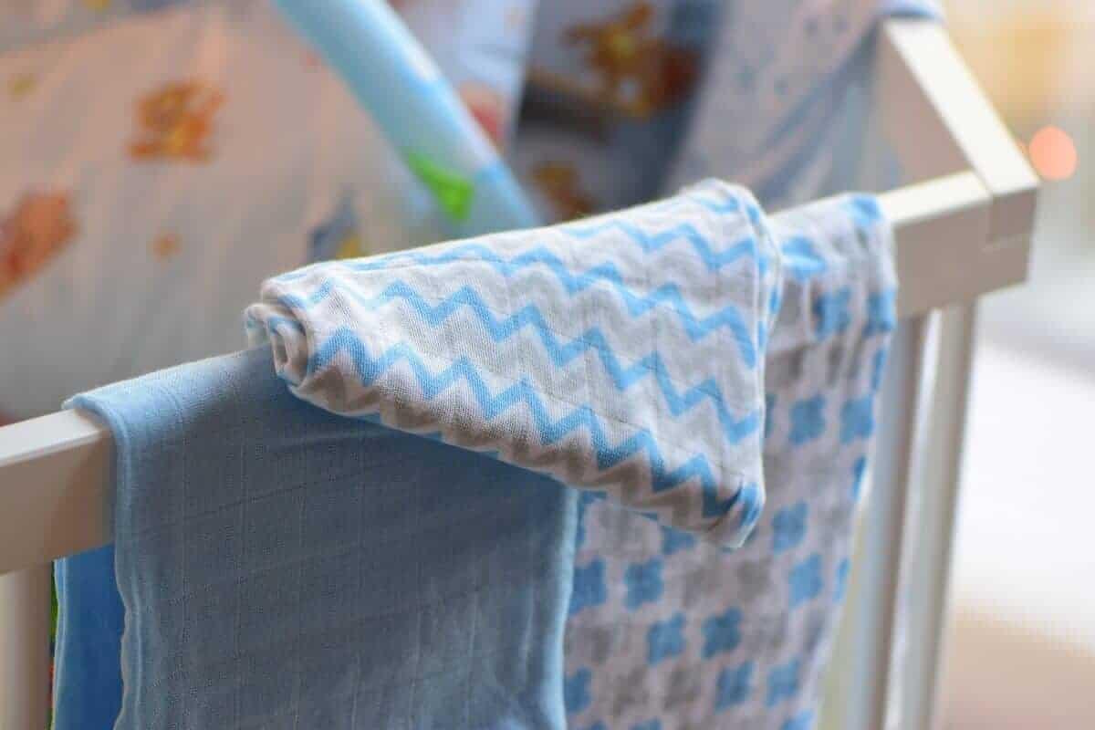 Das Baby spuckt viel, dank Lätzchen und Spucktüchern müssen wir ihn aber nur drei mal am Tag umziehen und nicht häufiger