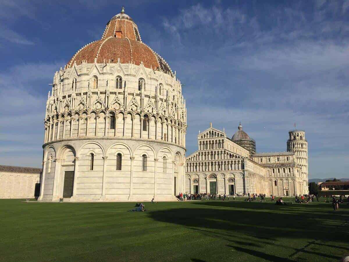 Das Baptisterium und der Dom, im Hintergrund der schiefe Turm von Pisa