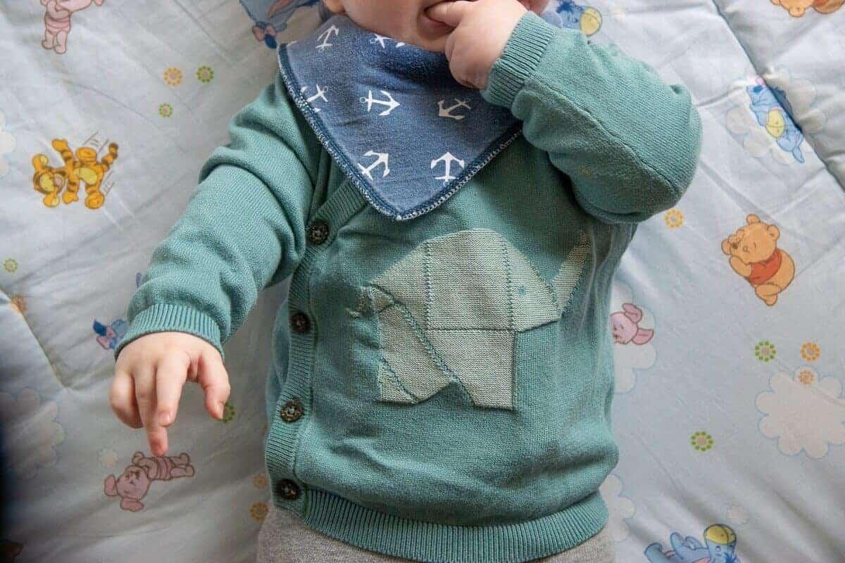 Das Lätzchen ist praktisch, wenn das Baby viel spuckt und wegen des Zahnens viel sabbert
