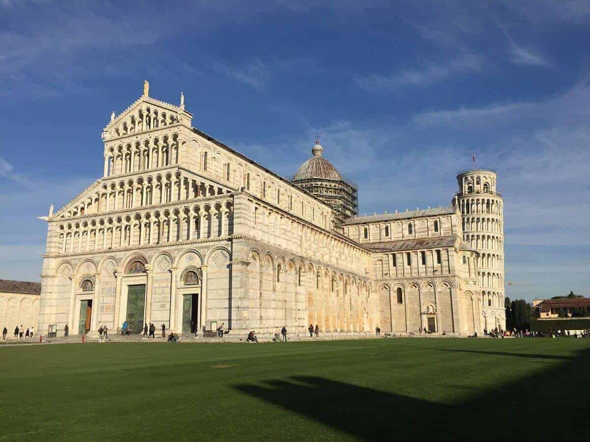 Der Dom in Pisa steht unmittelbar nebem dem schiefen Turm von Pisa