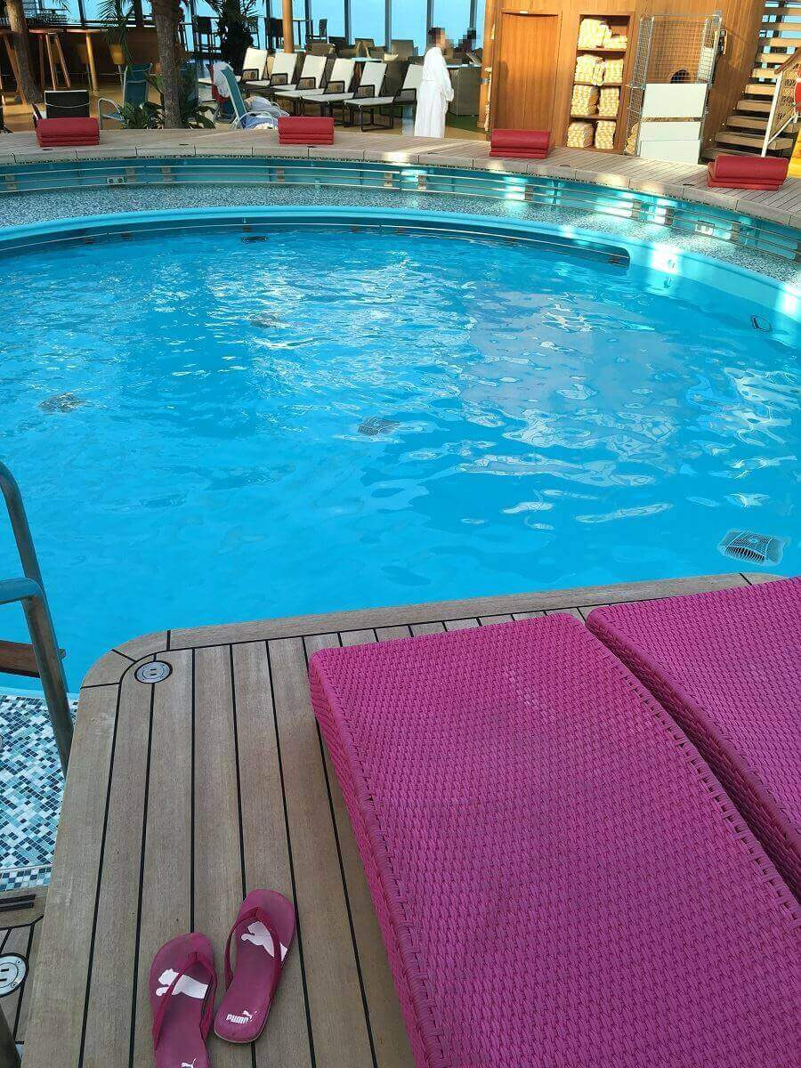 Der Pool auf der AIDAperla lädt zum Entspannen ein