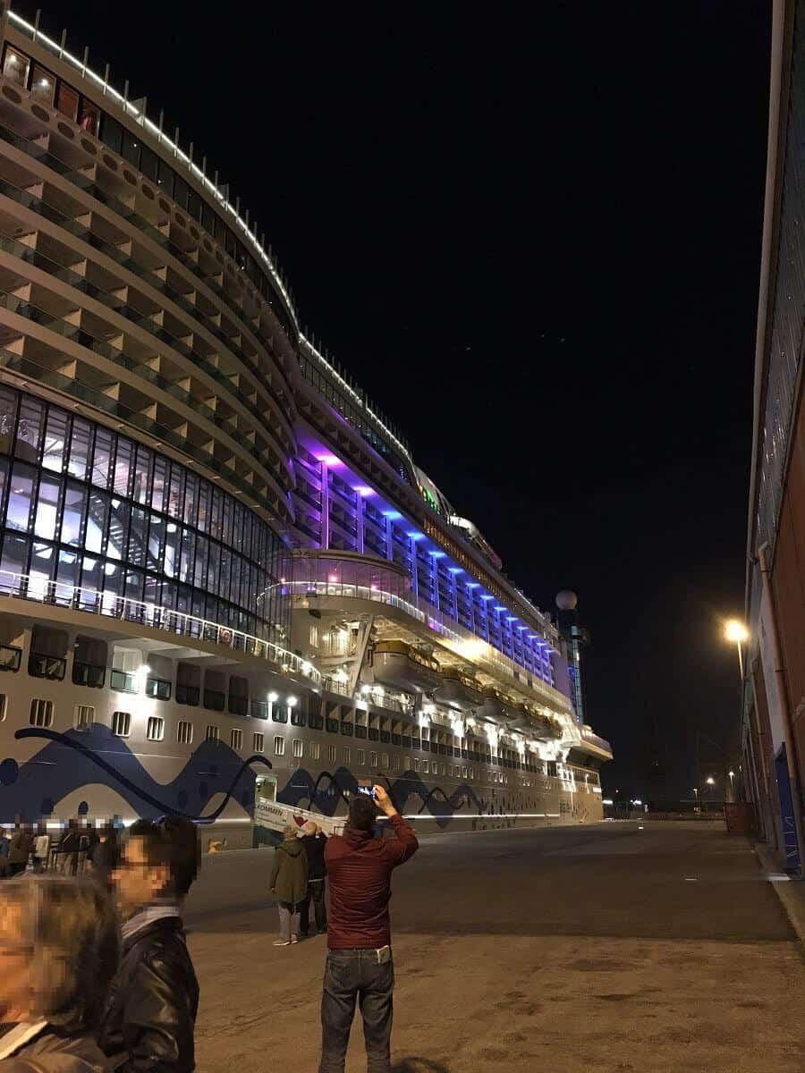 Die AIDAperla beleuchtet bei Nacht