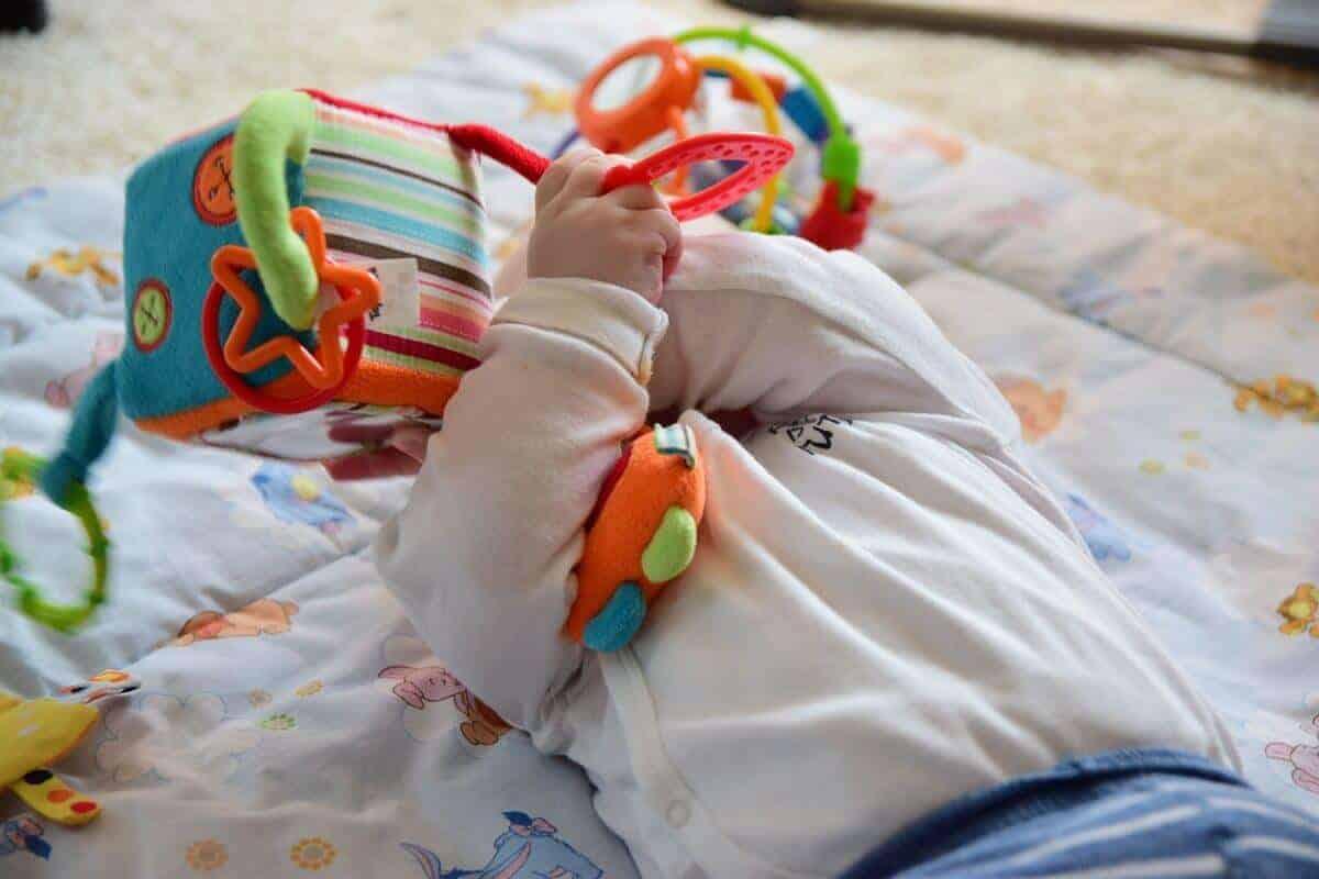 Unser Baby ist nun sechs Monate alt und braucht ein paar Minuten der Beobachtung, wenn neue Menschen da sind