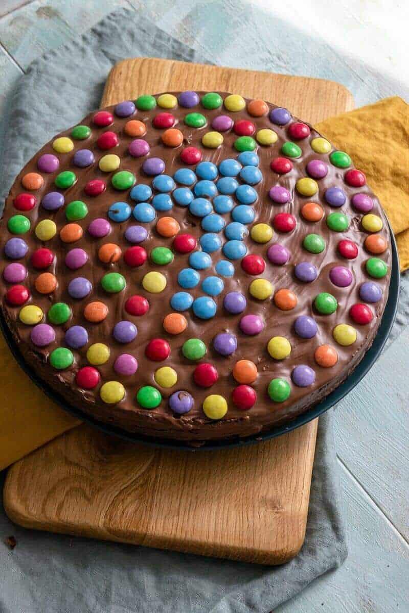 Der Smarties Schokoladenkuchen ist für Groß und Klein - Mit der großen Eins ist er für den Nachwuchs ein optisches Highlight, während die Erwachsenen sich freuen, ihn aufessen zu dürfen