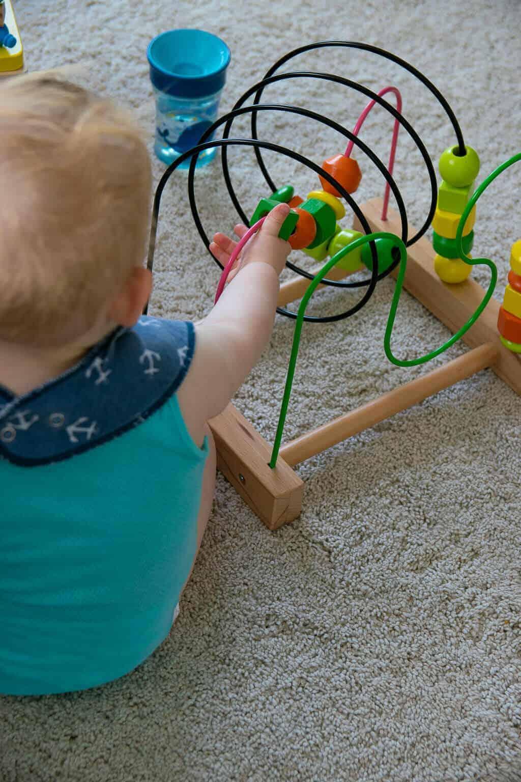 Mit der Motorikschleife spielt unser Baby schon seit ein paar Monaten, die Art des Spielens verändert sich dabei laufend