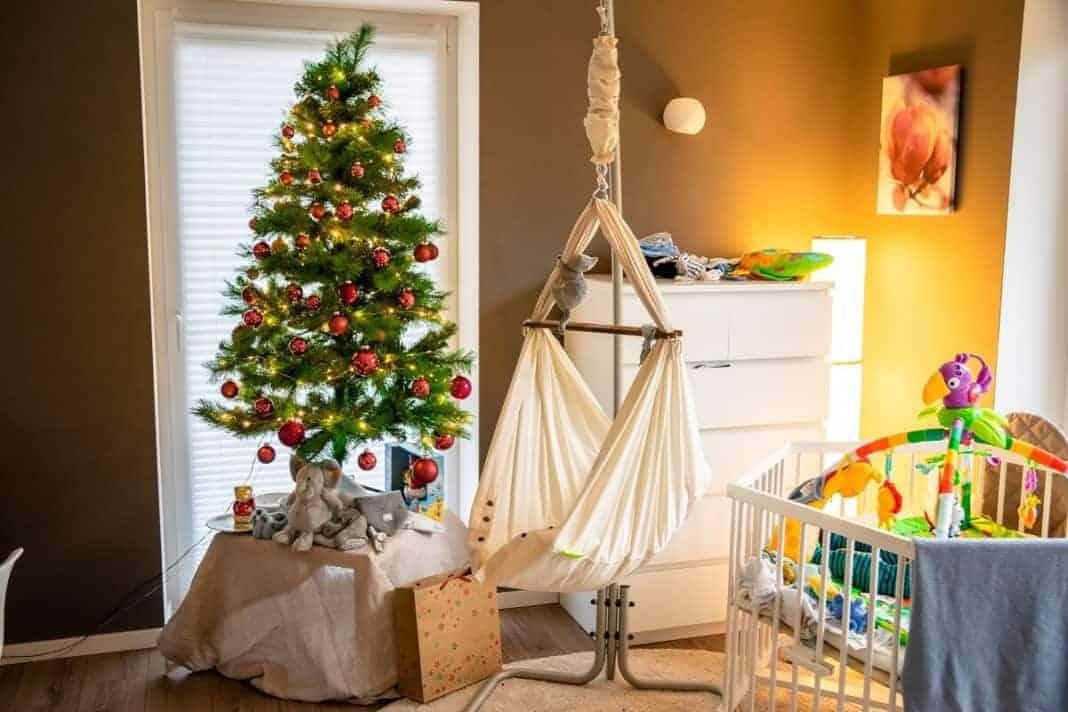 Unser Wohnzimmer an Weihnachten mit Weihnachtsbaum, Laufstall und Federwiege