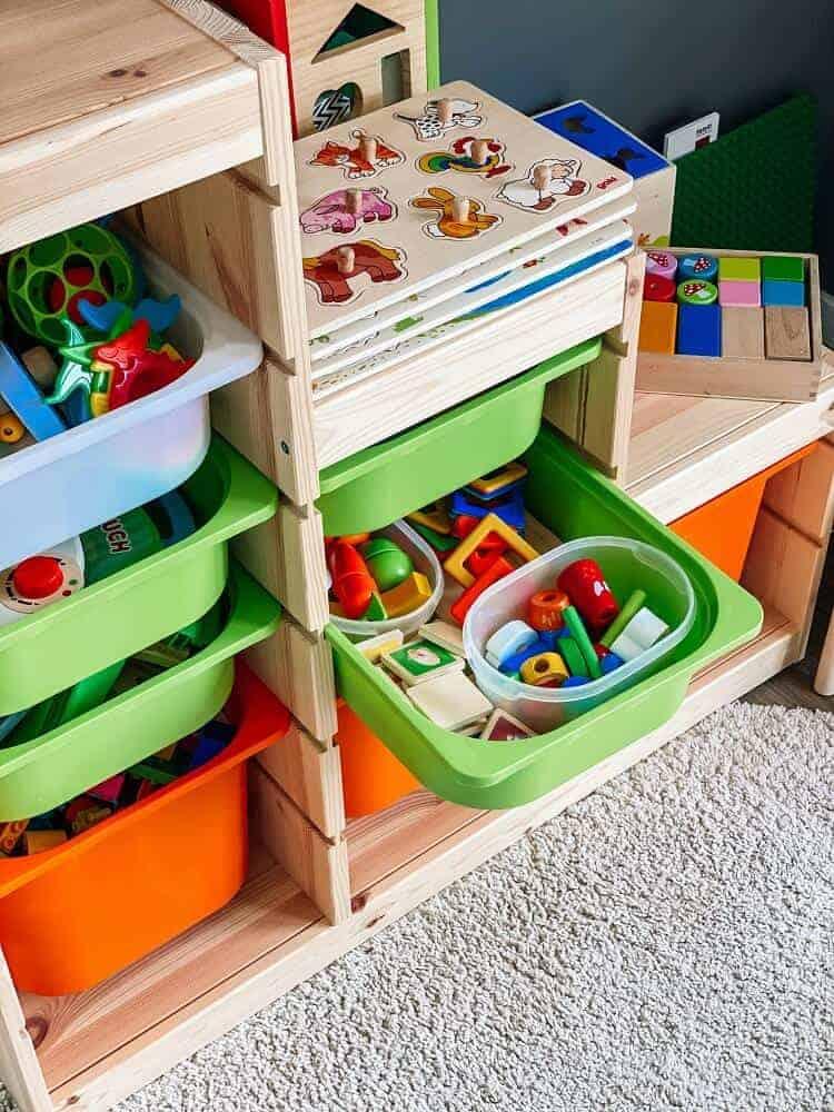 Der kleine Mann kann die Boxen selbständig herausziehen und kommt so immer an sein Spielzeug im Wohnzimmer