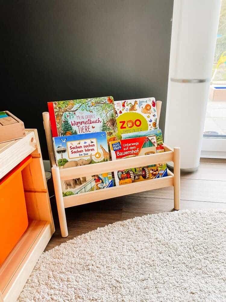 Die FLISAT Bücherbank passt super zu dem TROFAST Regal und sorgt für Ordnung bei uns im Wohnzimmer