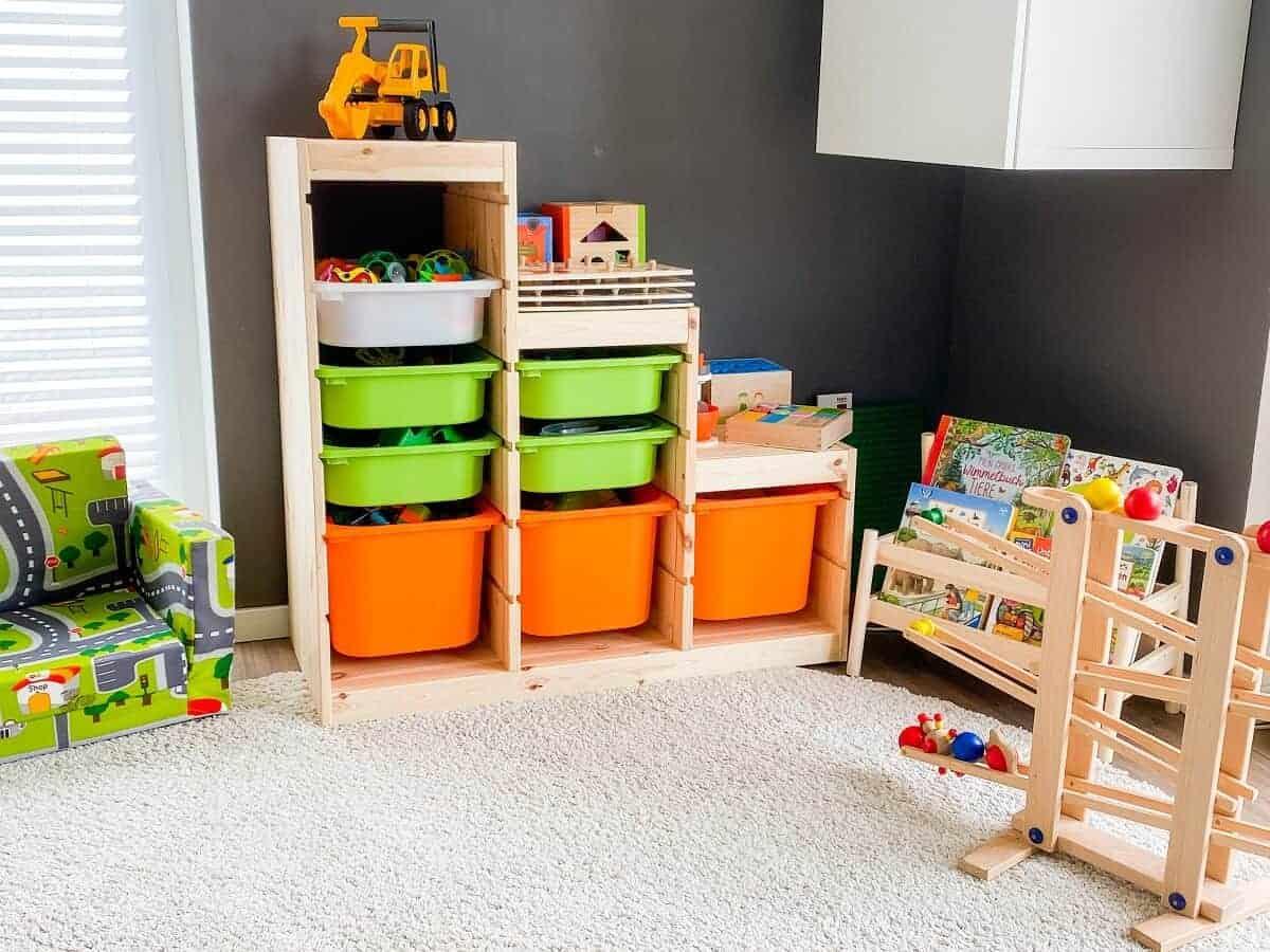 Die Spielecke im Wohnzimmer ist mittlerweile schön organisiert und aufgeräumt