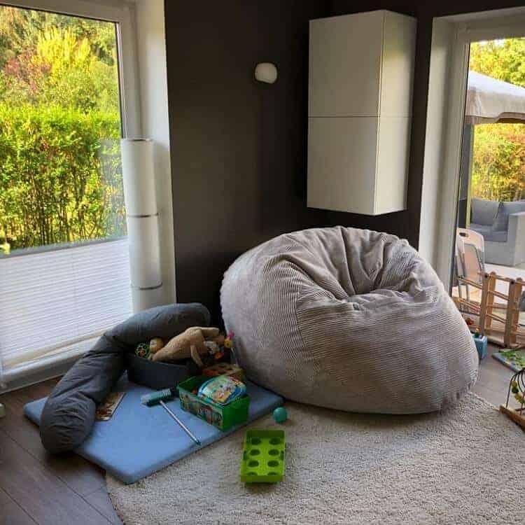 Kisten und Oberschränke sollen ein wenig für Ordnung im Wohnzimmer sorgen