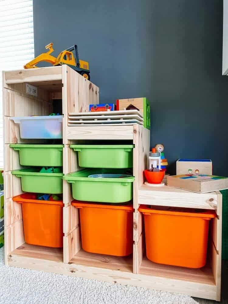 Unser IKEA Regal im Wohnzimmer ist platzsparend, für den kleinen Mann schön bunt und insgesamt einfach praktisch