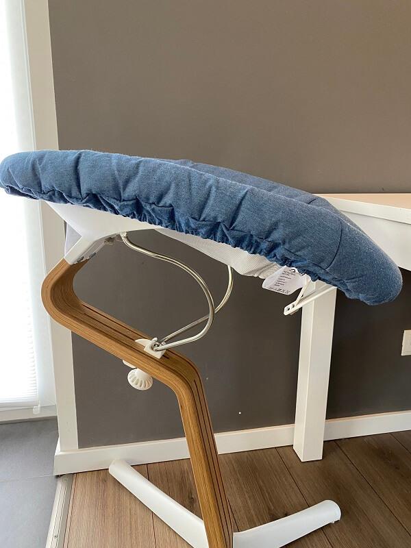 Der Nomi Hochstuhl mit Babyaufsatz passt perfekt in unser Wohnzimmer, sieht modern und hochwertig aus und sorgt dafür, dass das kleine Baby frühzeitig an den Essenstisch gewöhnt wird
