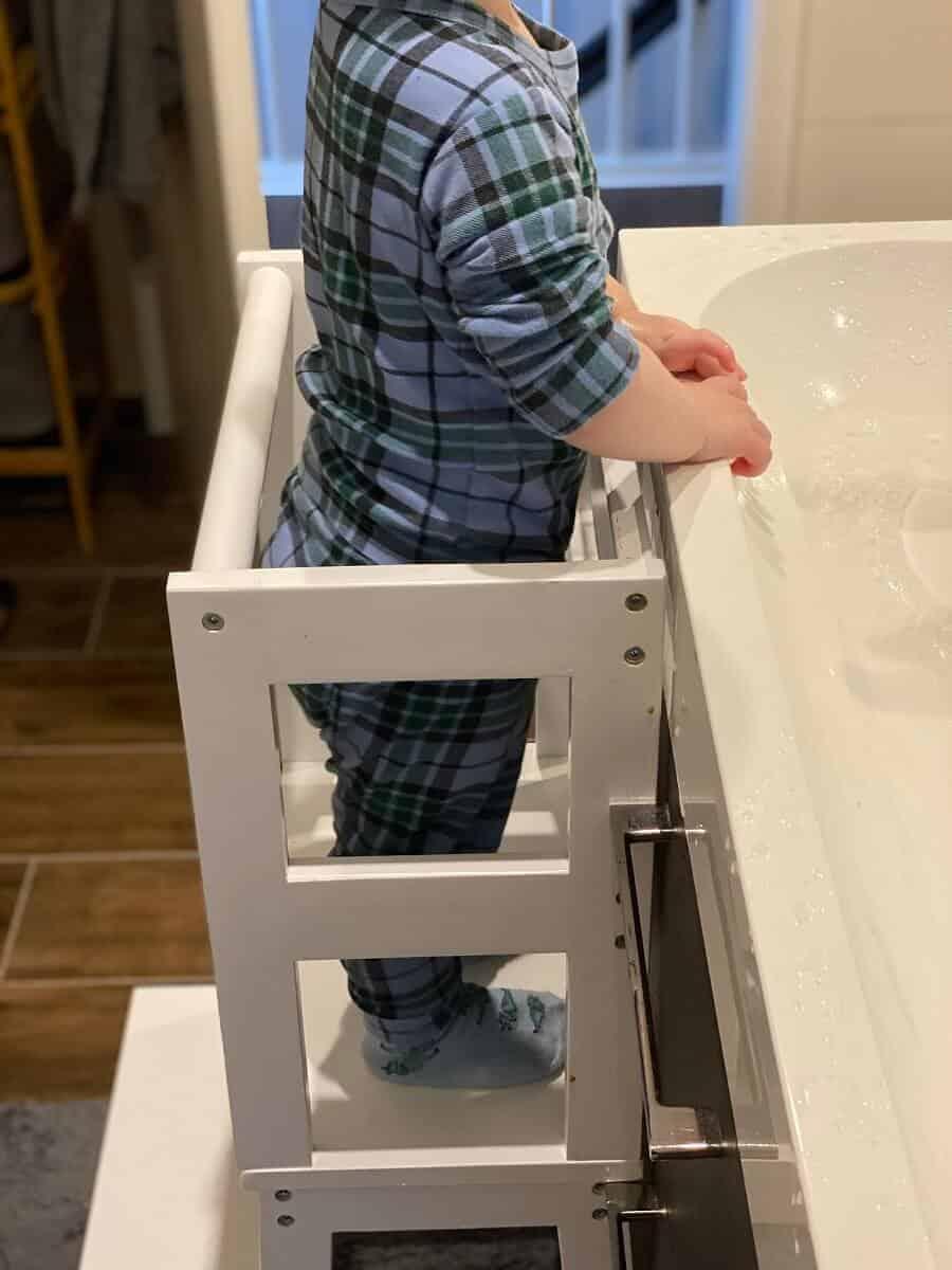 Der Learning Tower ist im Badezimmer perfekt aufgehoben und ideal zum Zähne putzen