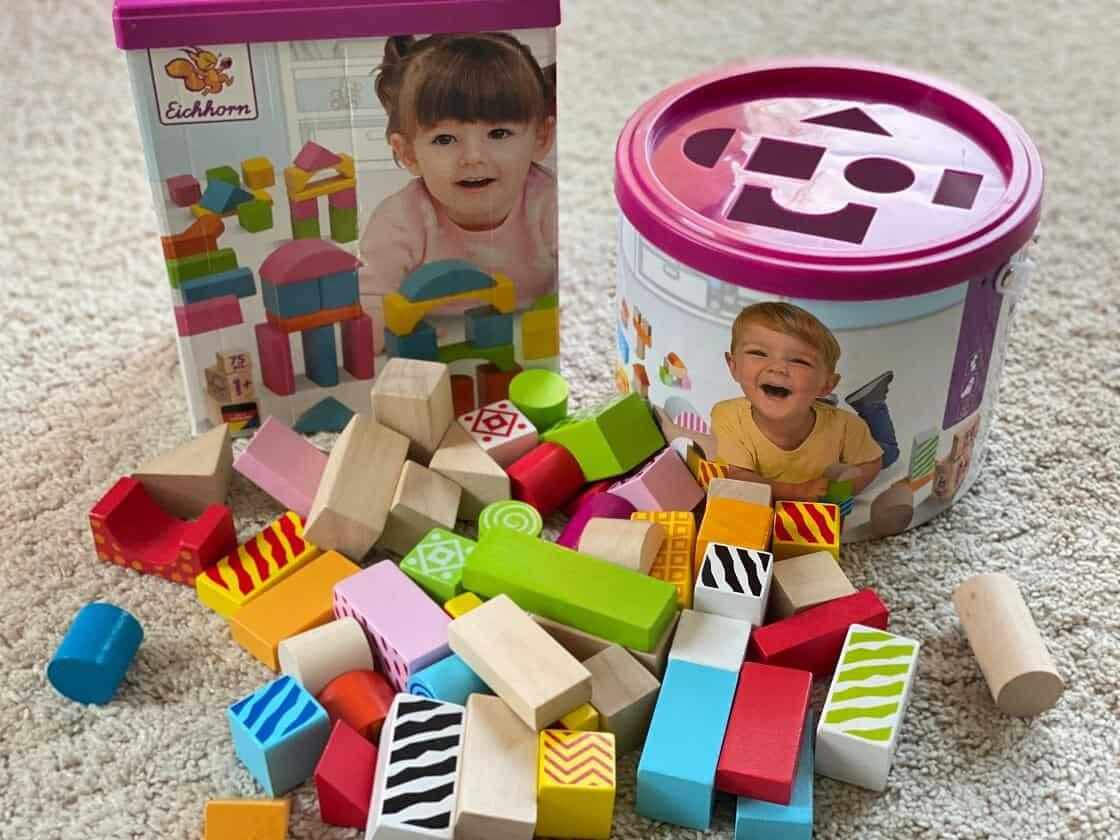 Bauklötze sind ein tolles Holzspielzeug für Einjährige Kinder, ideal mit dem Deckel als zusätzliches Steckspiel
