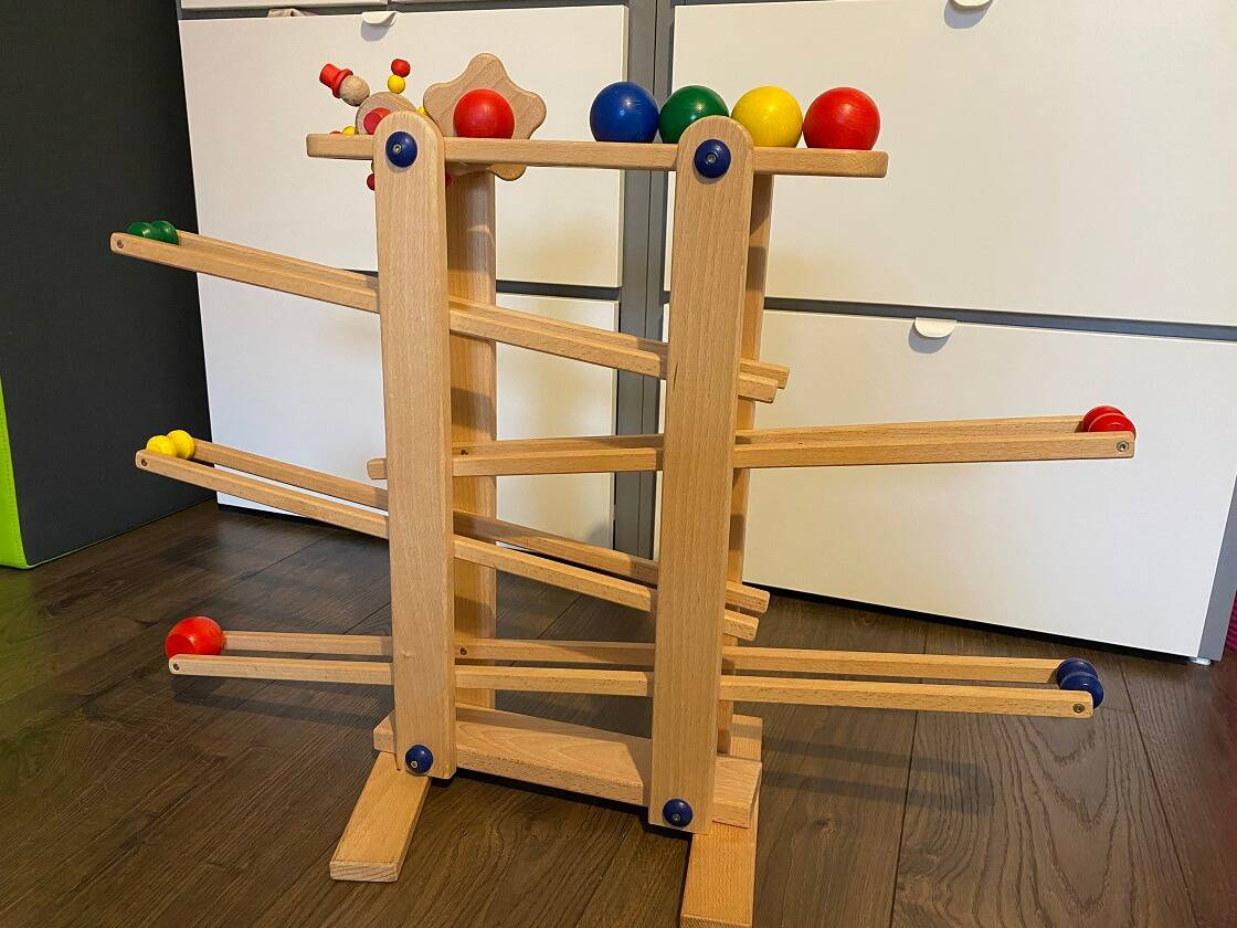Die Kugelbahn aus Holz für Einjährige wird bei uns auch im Alter von 2,5 Jahren noch sehr gerne und viel benutzt
