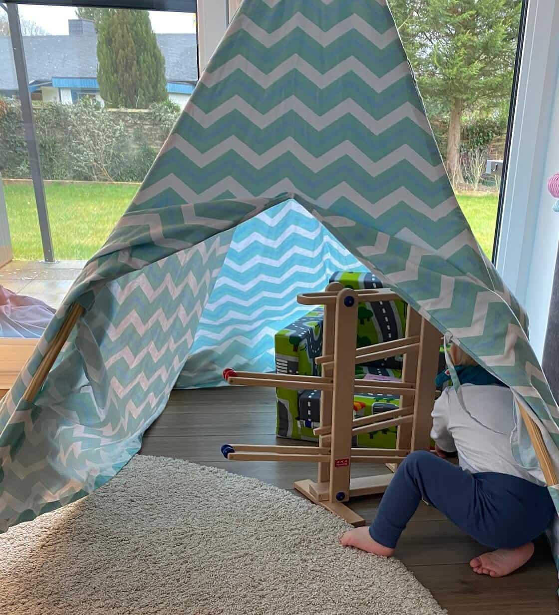 Die Kugelbahn aus Holz wurde gerne an verschiedene Orte gestellt, sehr gerne auch mal im Tipi Zelt