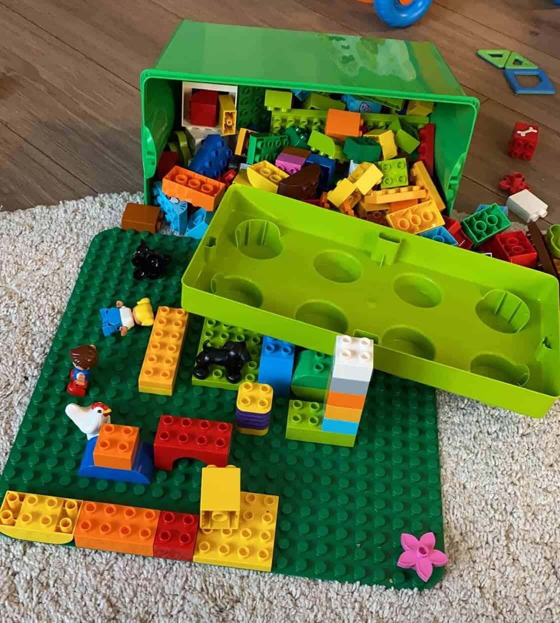 Die ersten Lego Duplo Boxen beinhalten ein paar Steine und Tiere zum Bauen und Stapeln