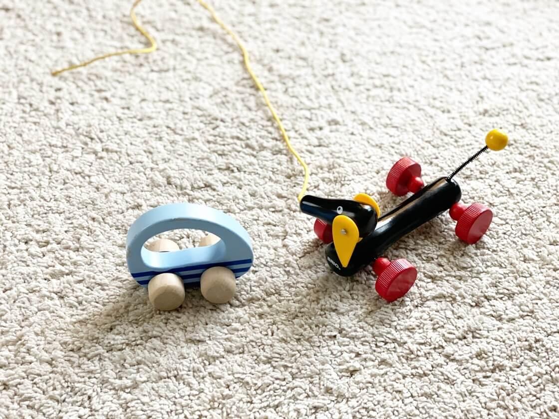 Ein Nachziehspielzeug fördert das Laufen, die Motorik und die Koordination von Kindern ab 10 Monaten