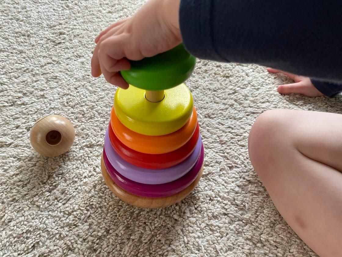 Ein Ringturm ist ein tolles Motorikspielzeug für Kinder ab 1 Jahr